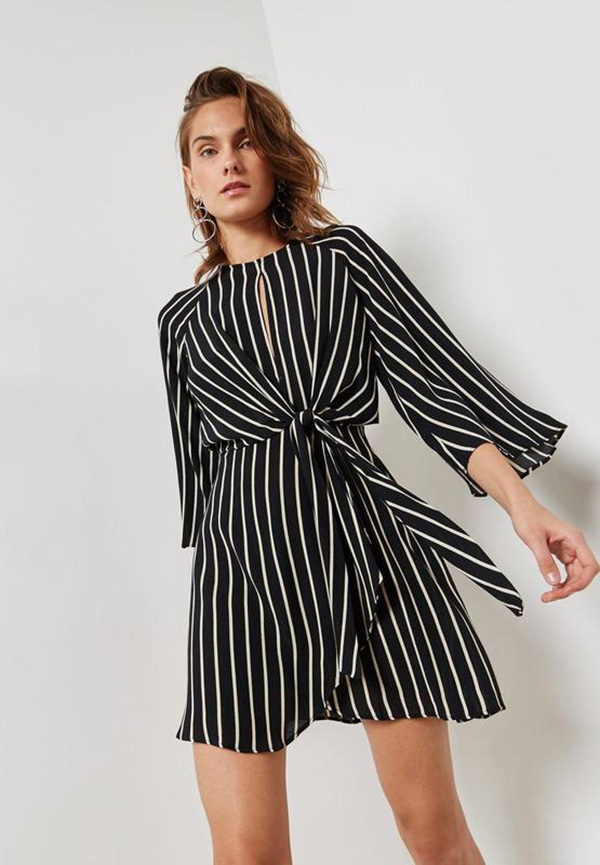 Черное платье в полоску фото