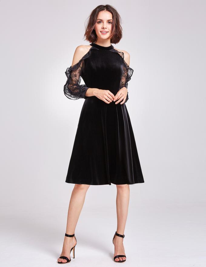 Черное платье с открытыми плечом