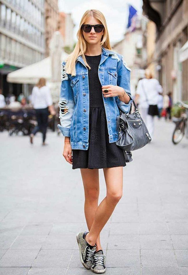 черное платье и джинсовая куртка фото