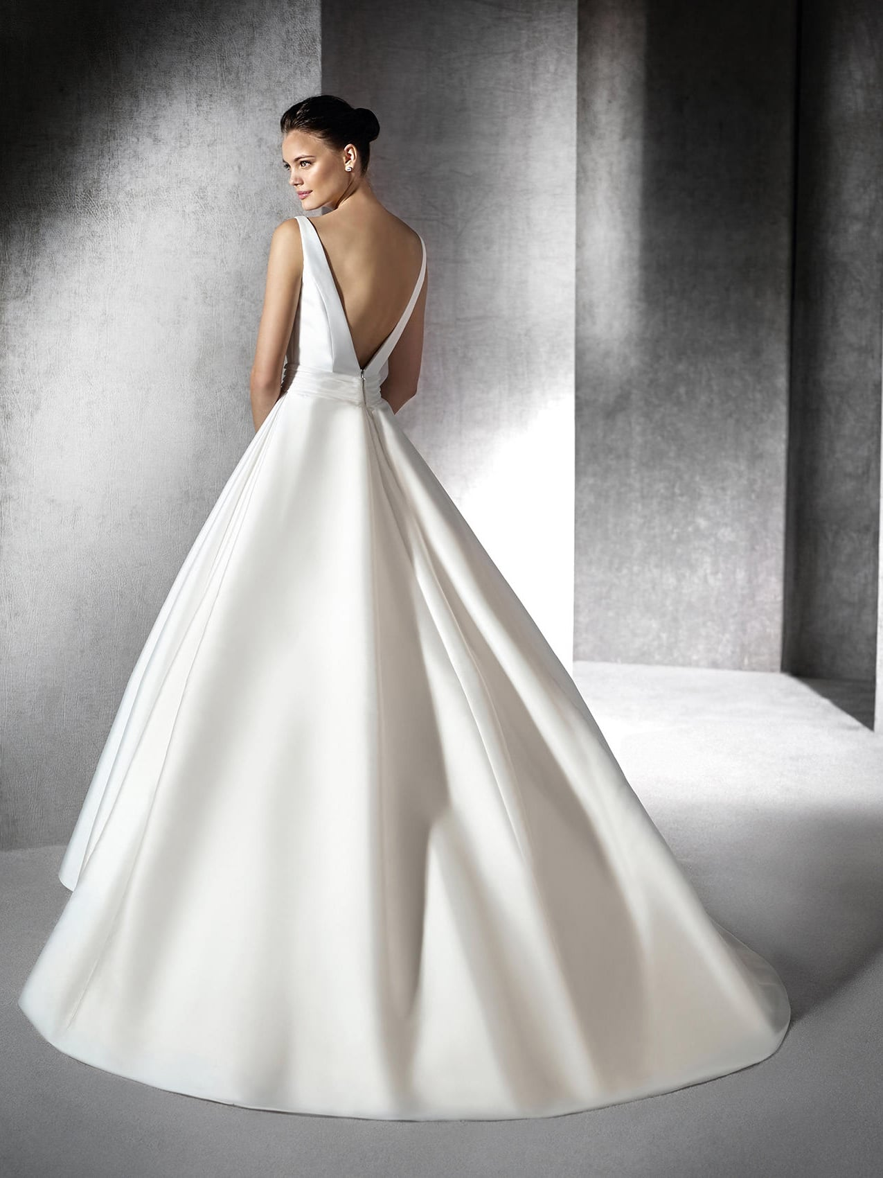 платье из шелка свадебное с открытой спиной