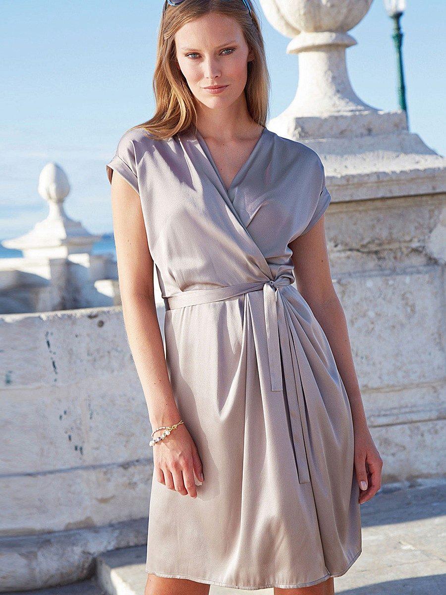 платье из шелка серое