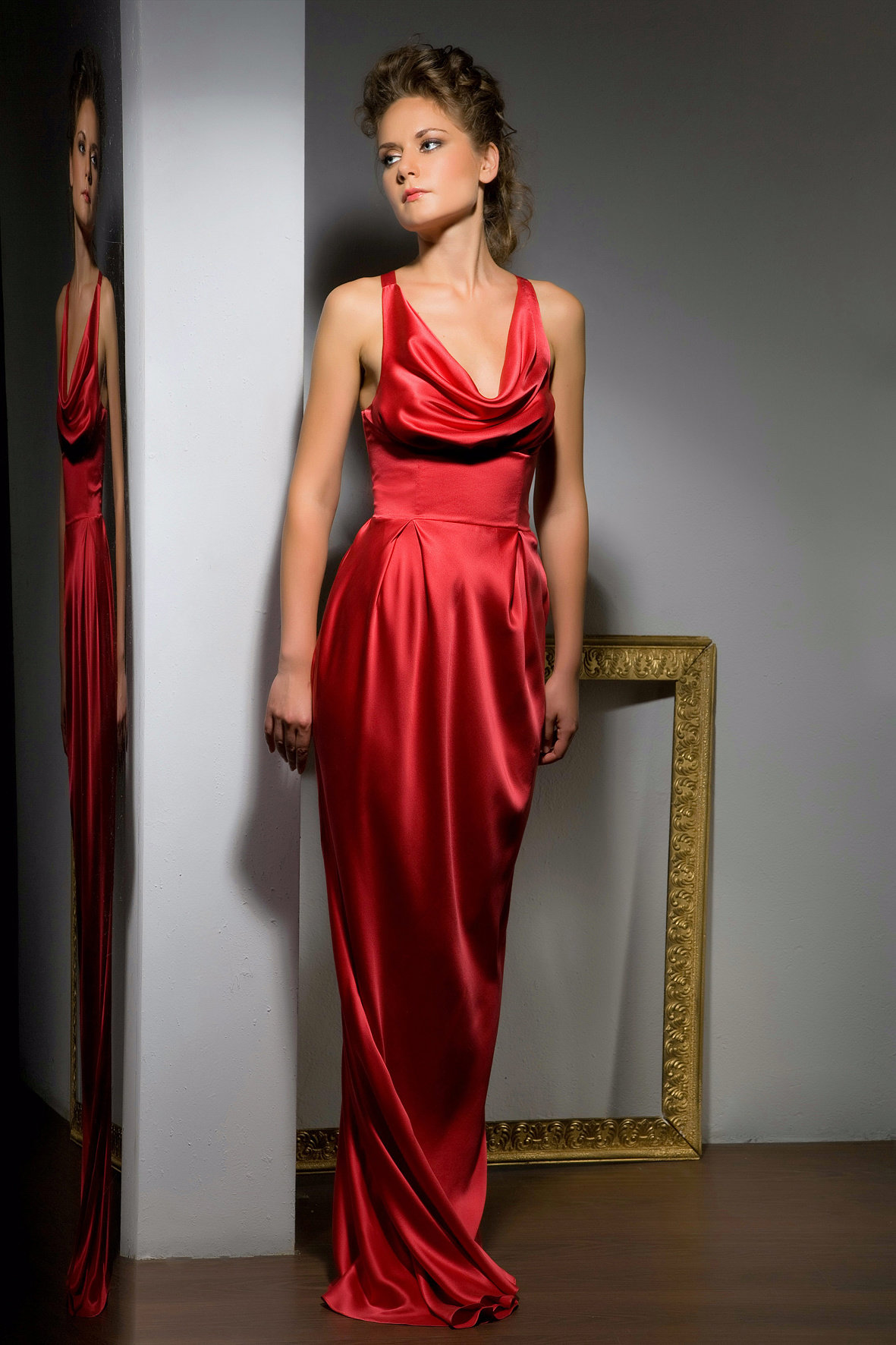 платье из шелка красное