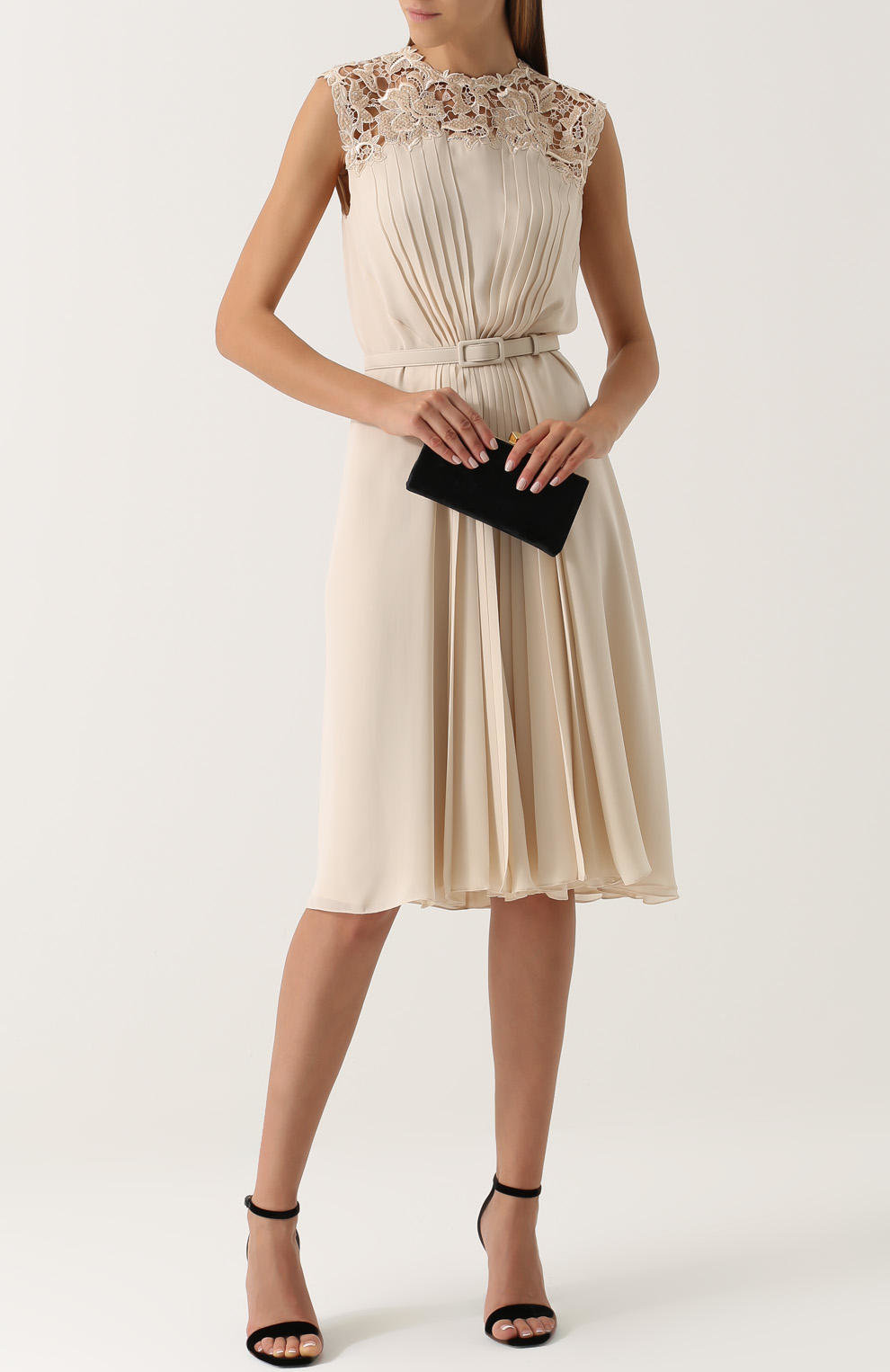 платье из шелка и босоножки