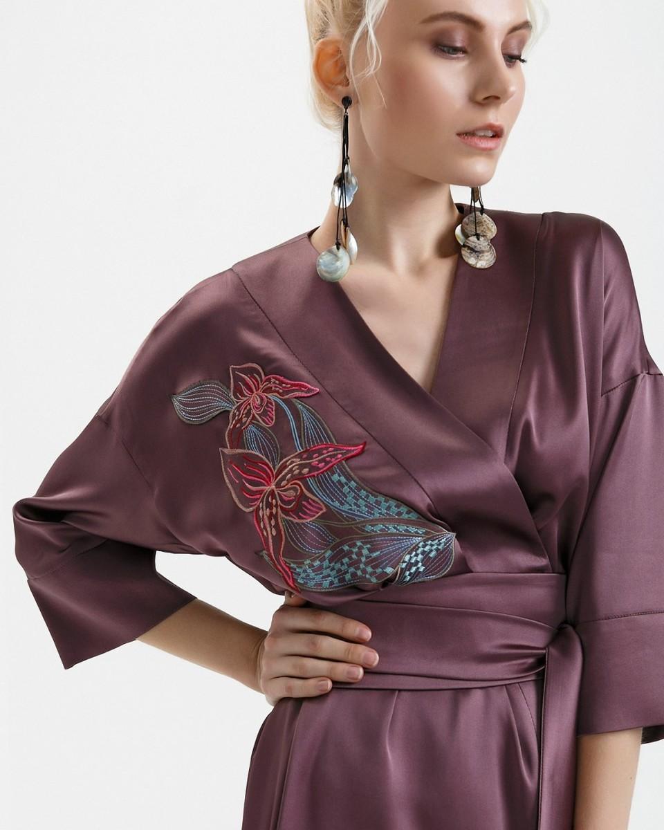 платье из шелка и серьги