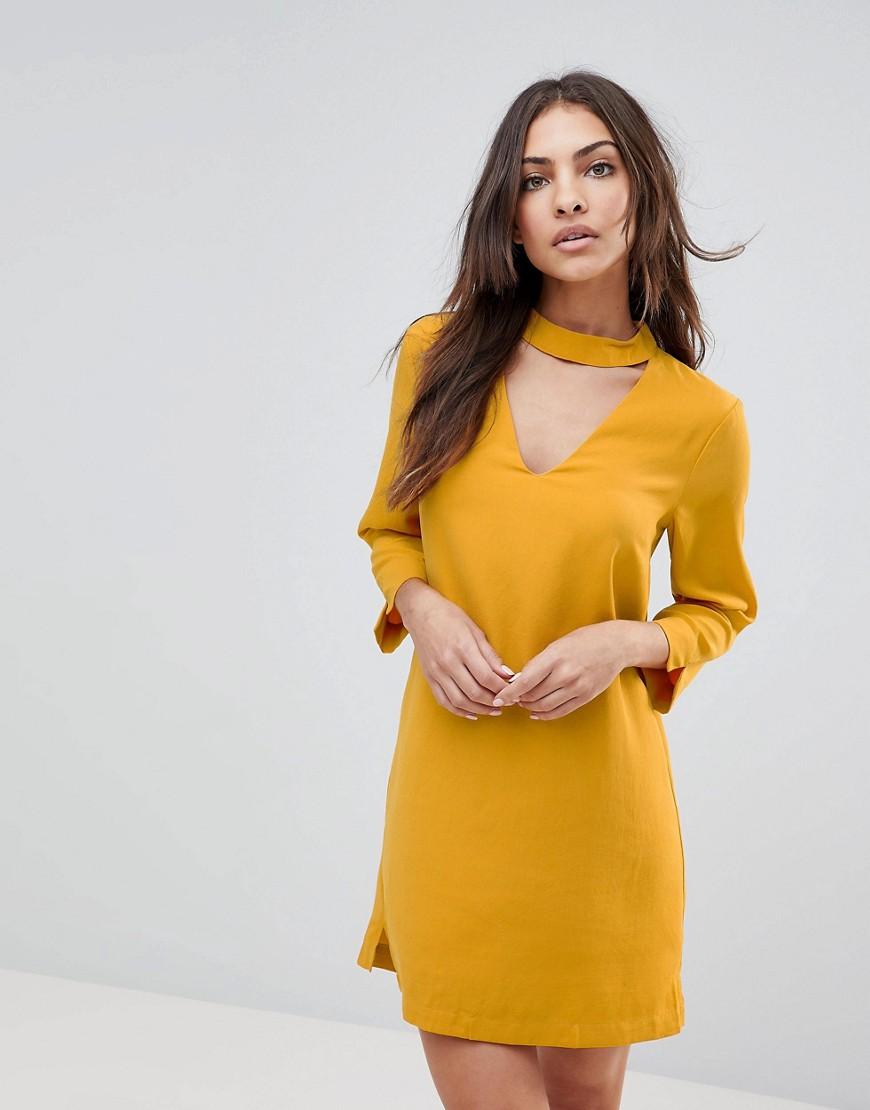 желтое платье с длинным рукавом