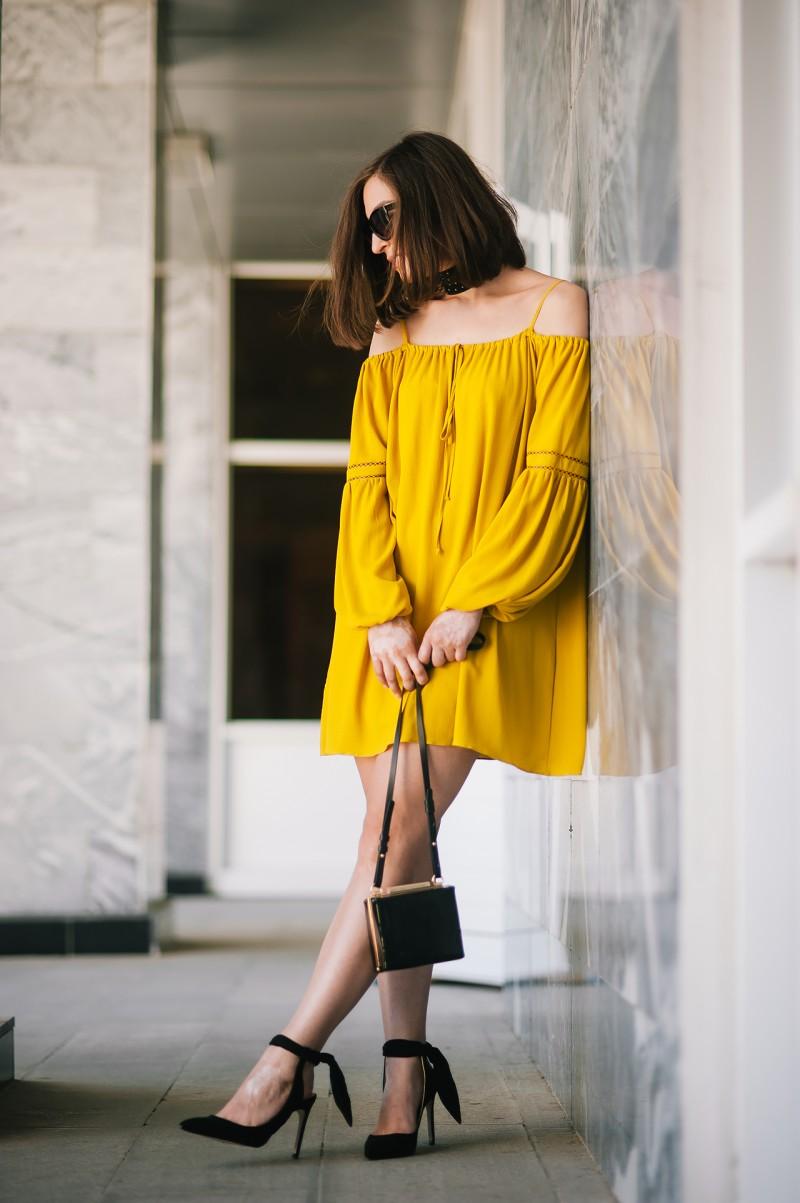 желтое платье и туфли черные