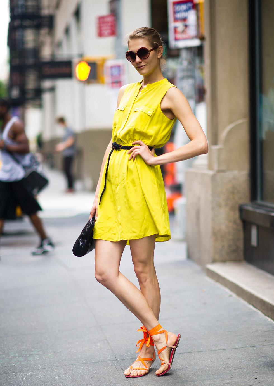 желтое платье и босоножки оранжевые