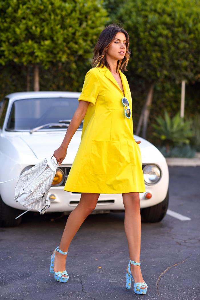 желтое платье и босоножки