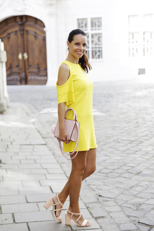 желтое платье и босоножки на толстом каблуке