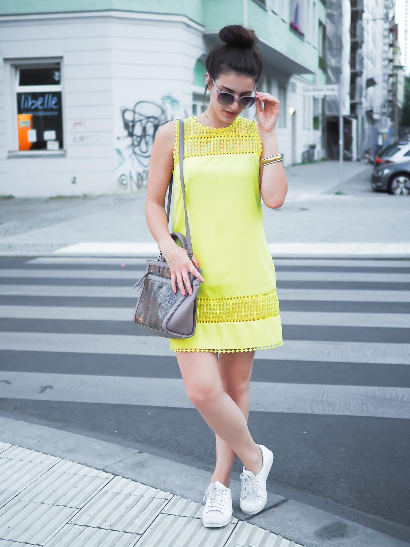 желтое платье и кеды белые