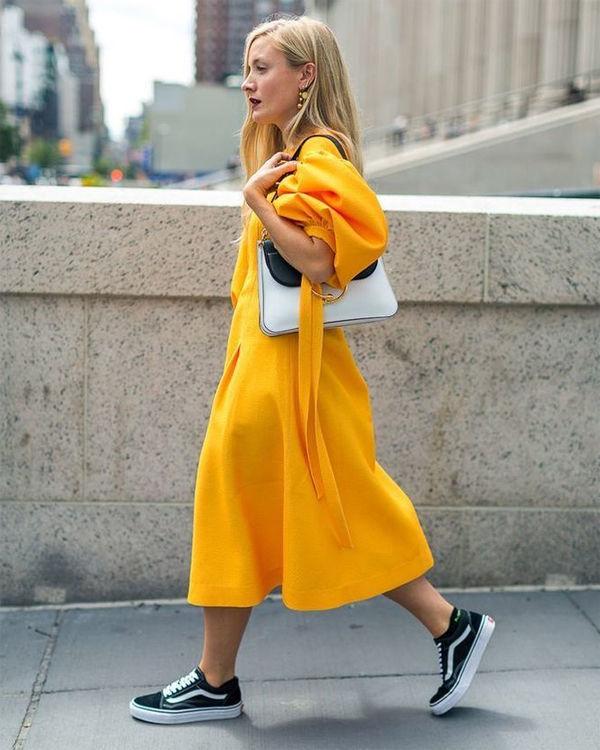 желтое платье и кроссовки