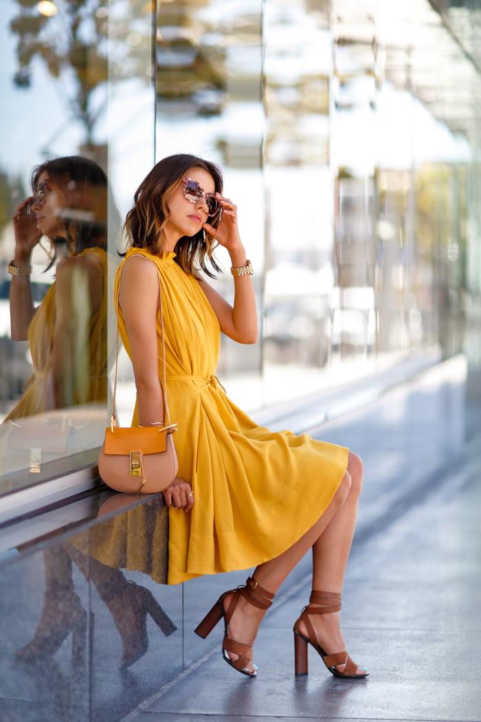 желтое платье с чем носить