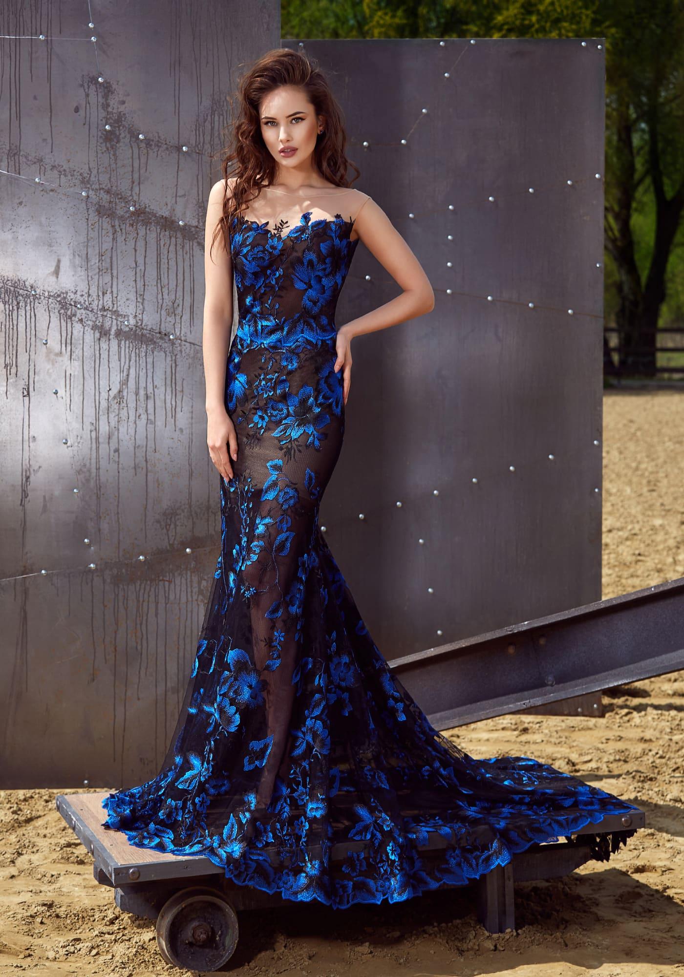 Черное платье с синими цветами фото