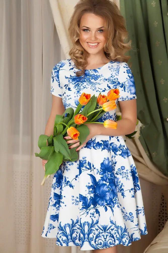 Белое платье с синими цветами фото