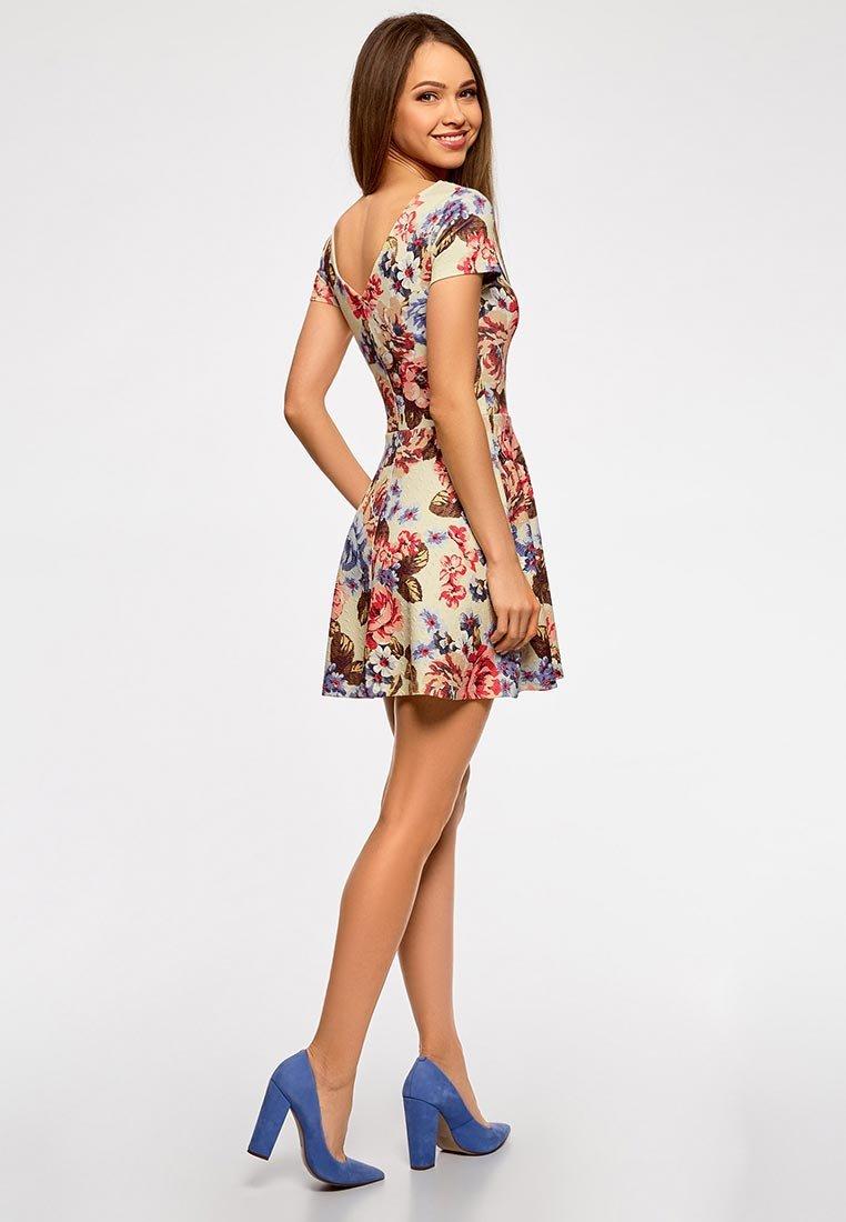 платье кремового цвета с цветами фото