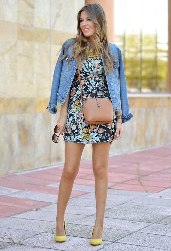 Платье с цветами и джинсовая куртка фото