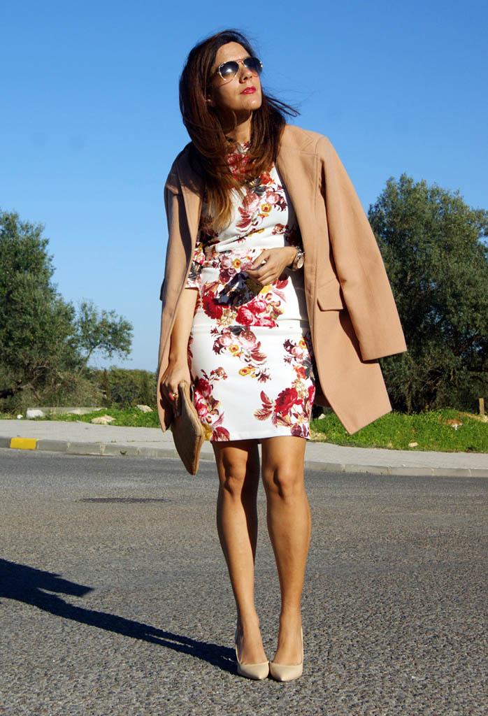 Платье с цветами и пальто фото