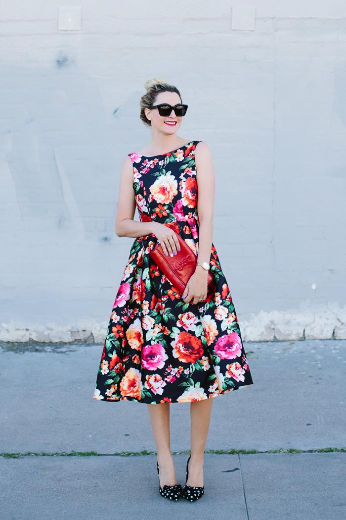 Платье с цветочным принтом и клатч фото
