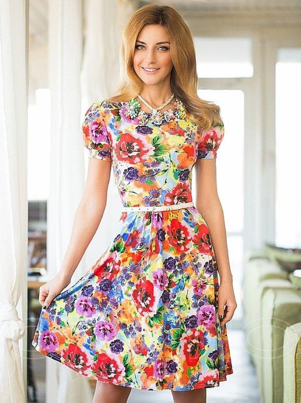 Платье с цветочным принтом и украшения фото