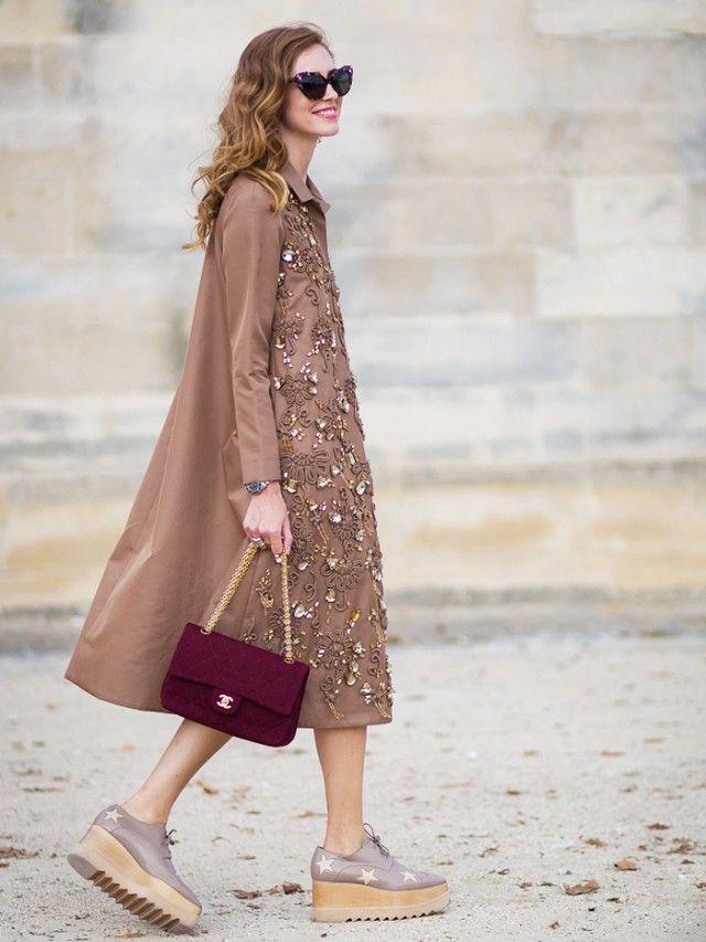 платье трапеция и бордовая сумка