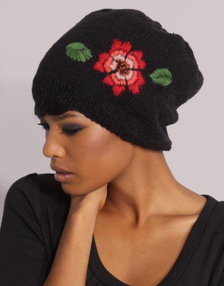 вязаная шапка с цветами фото