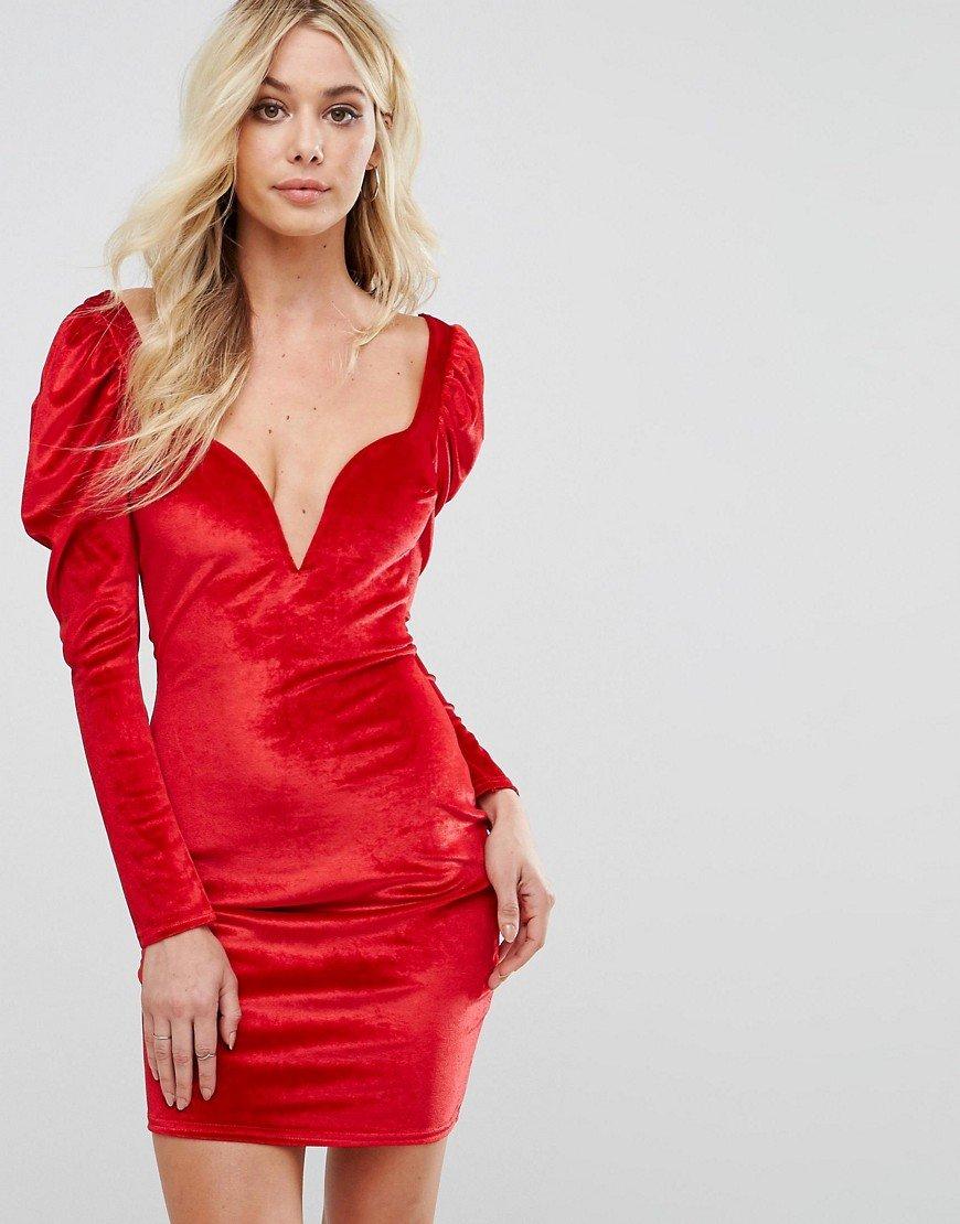 красное платье c глубоким декольте фото