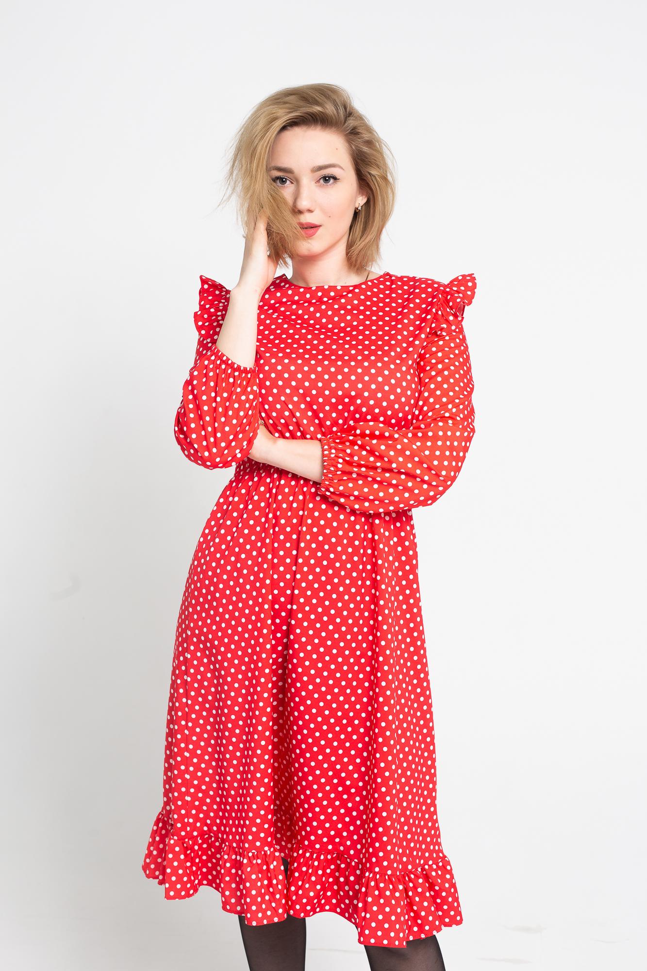 красное платье в белый горошек фото