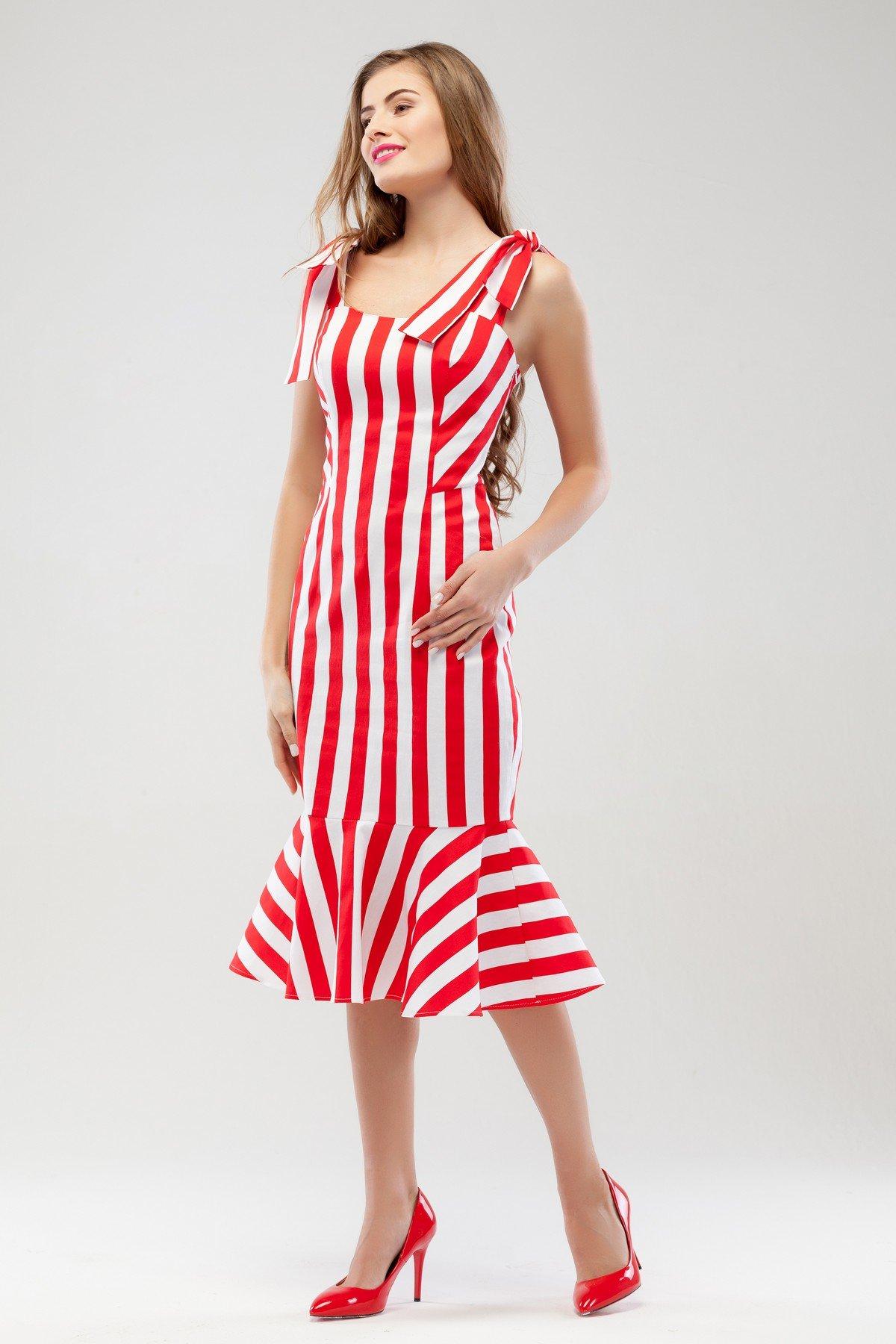 красное платье в белую полоску фото