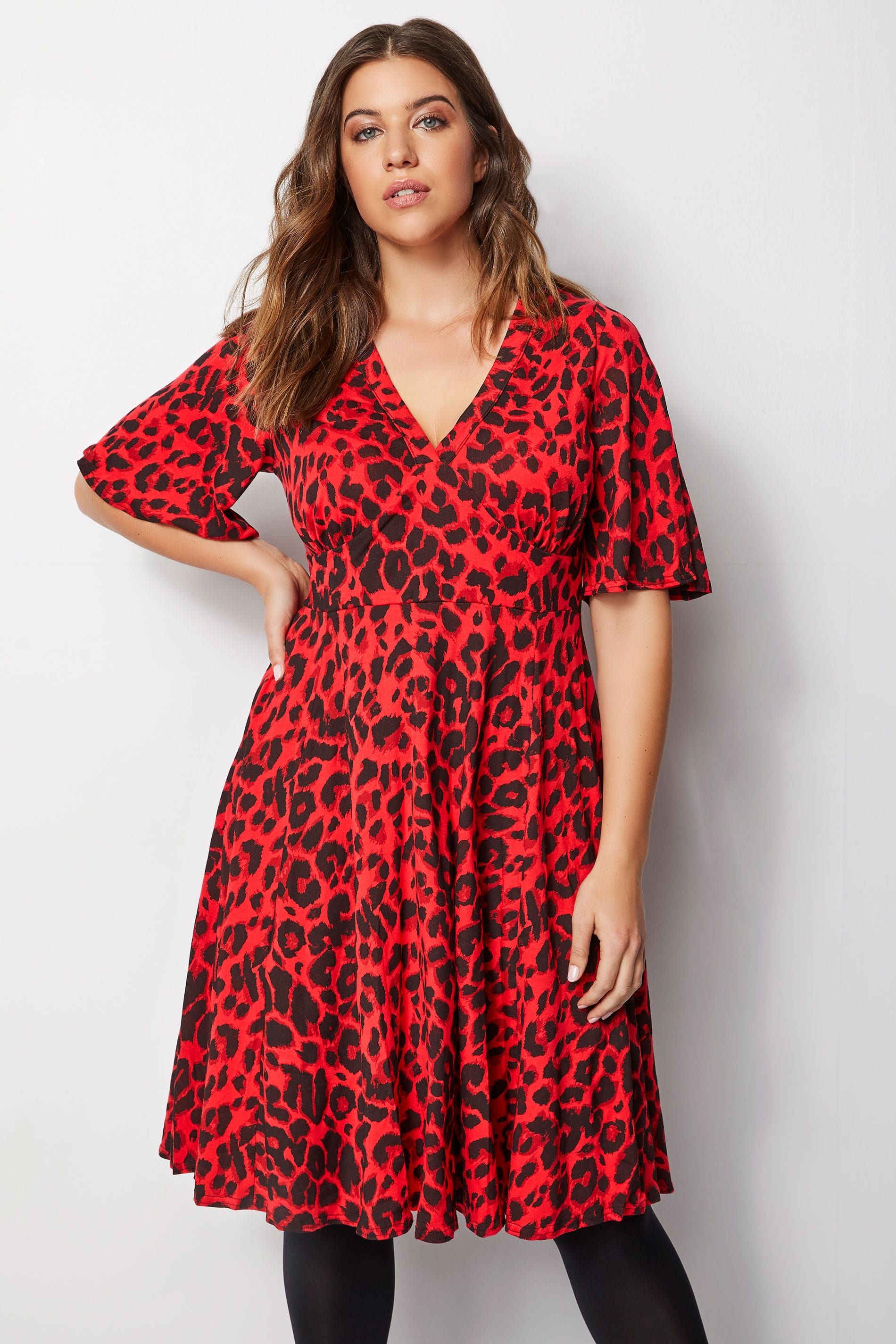 красное платье с леопардовым принтом фото