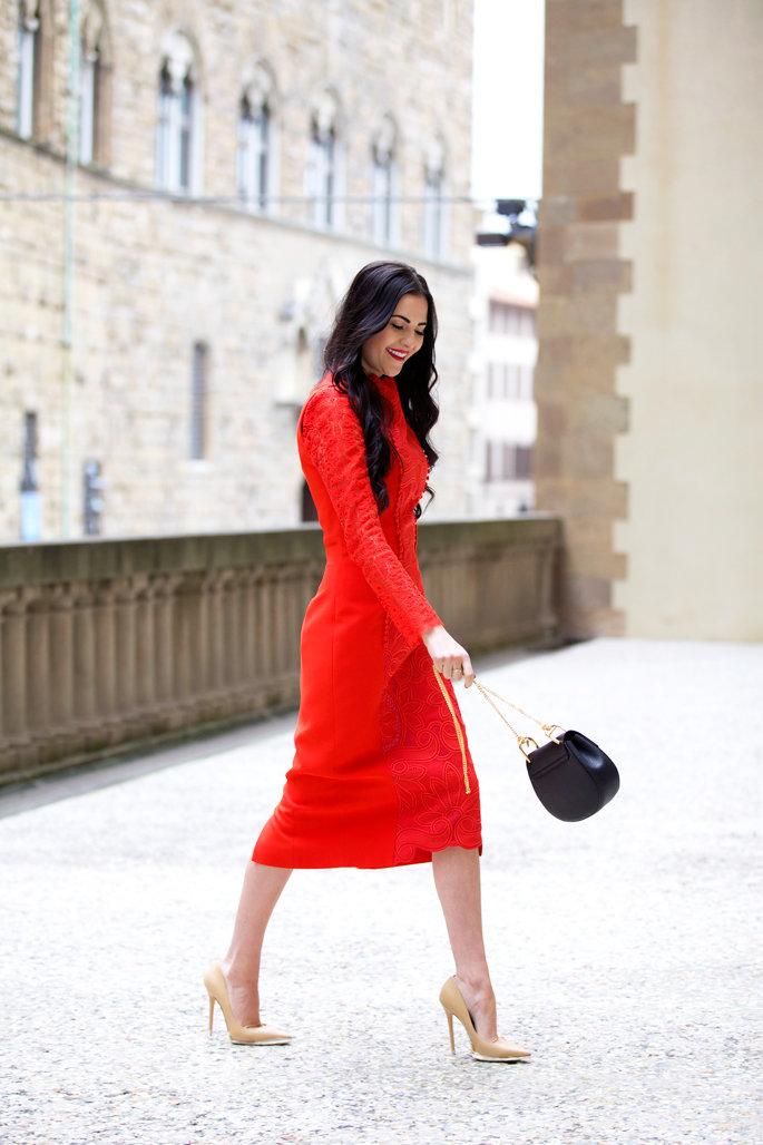 красное платье с туфлями лодочками фото
