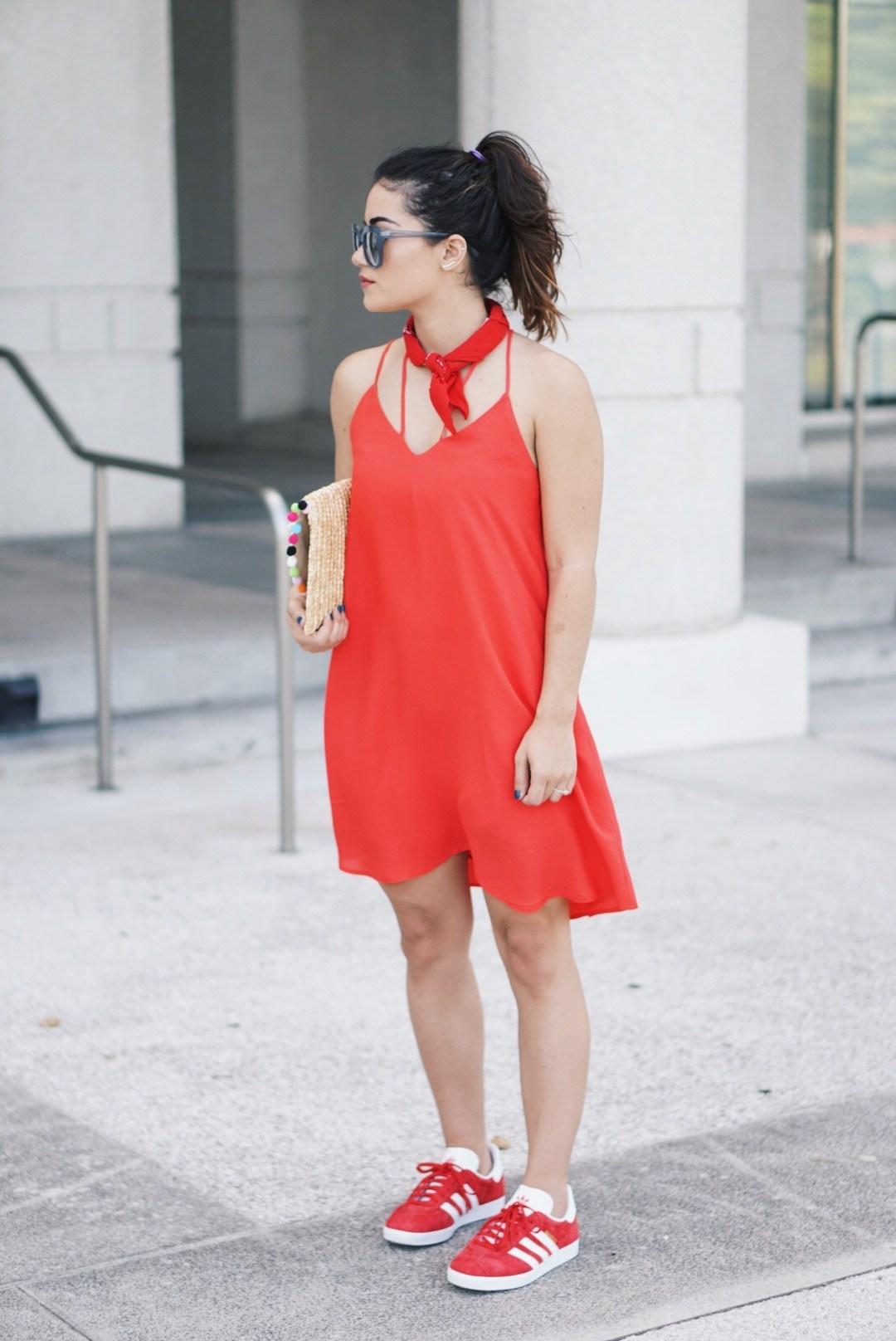красное платье с кроссовками фото