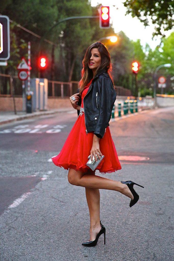 красное платье с черной кожаной курткой фото