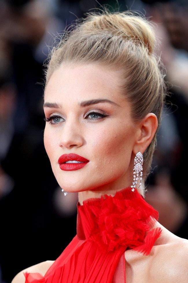 блондинка в красном платье макияж фото