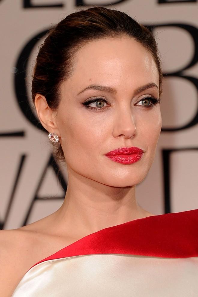 брюнетка в красном платье макияж фото