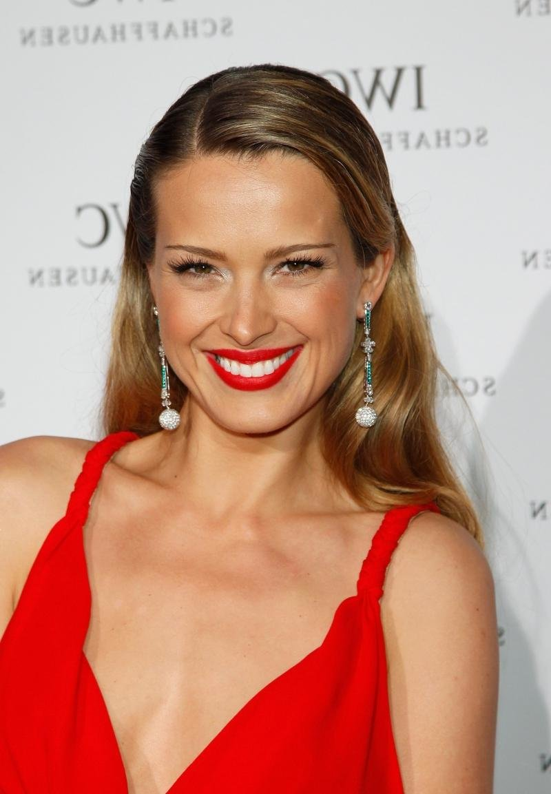 русая в красном платье макияж фото