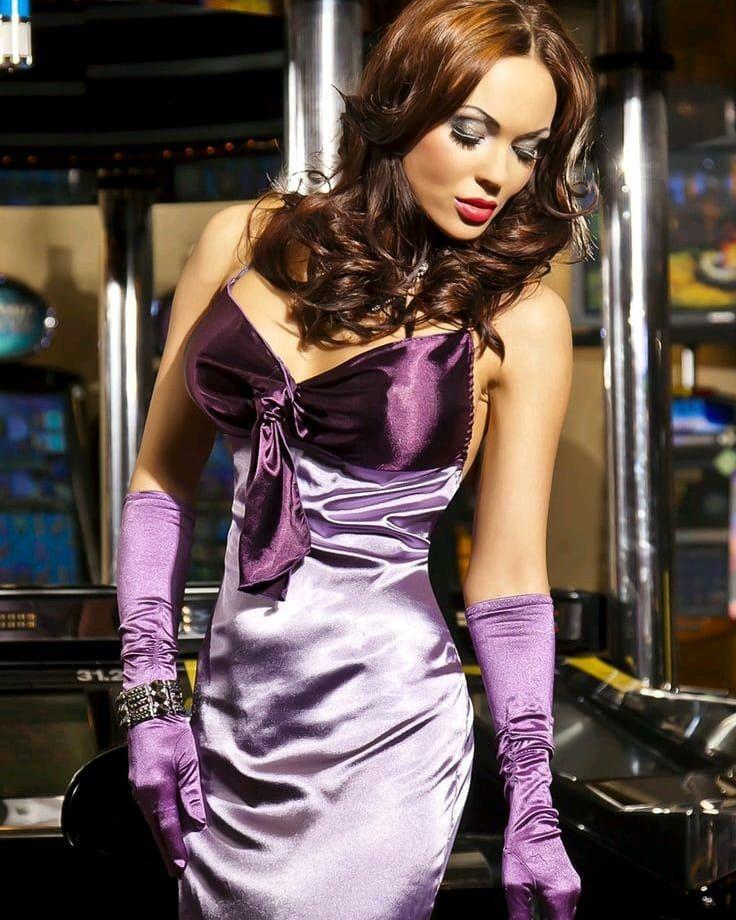 атласное платье и перчатки