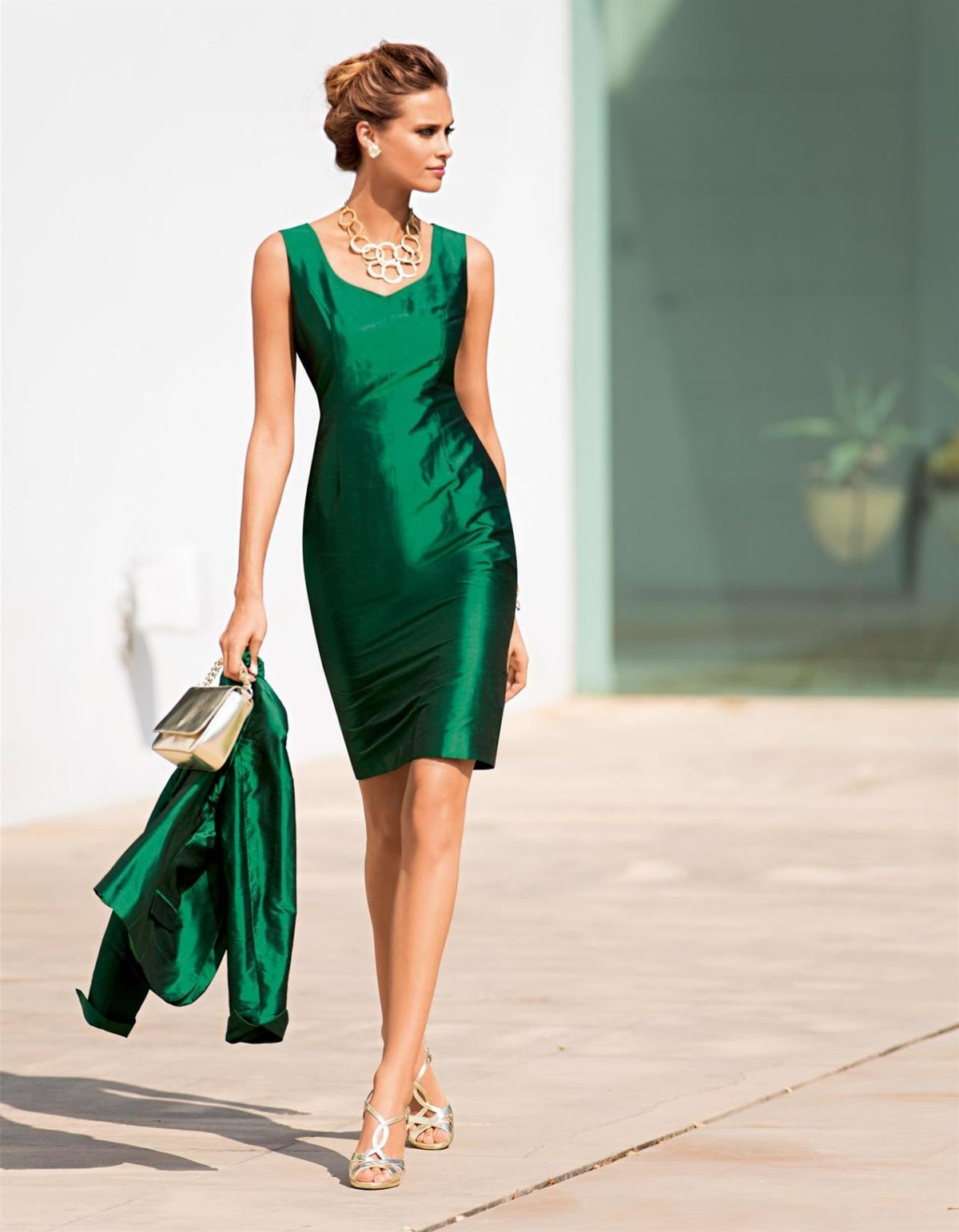 атласное платье с чем носить