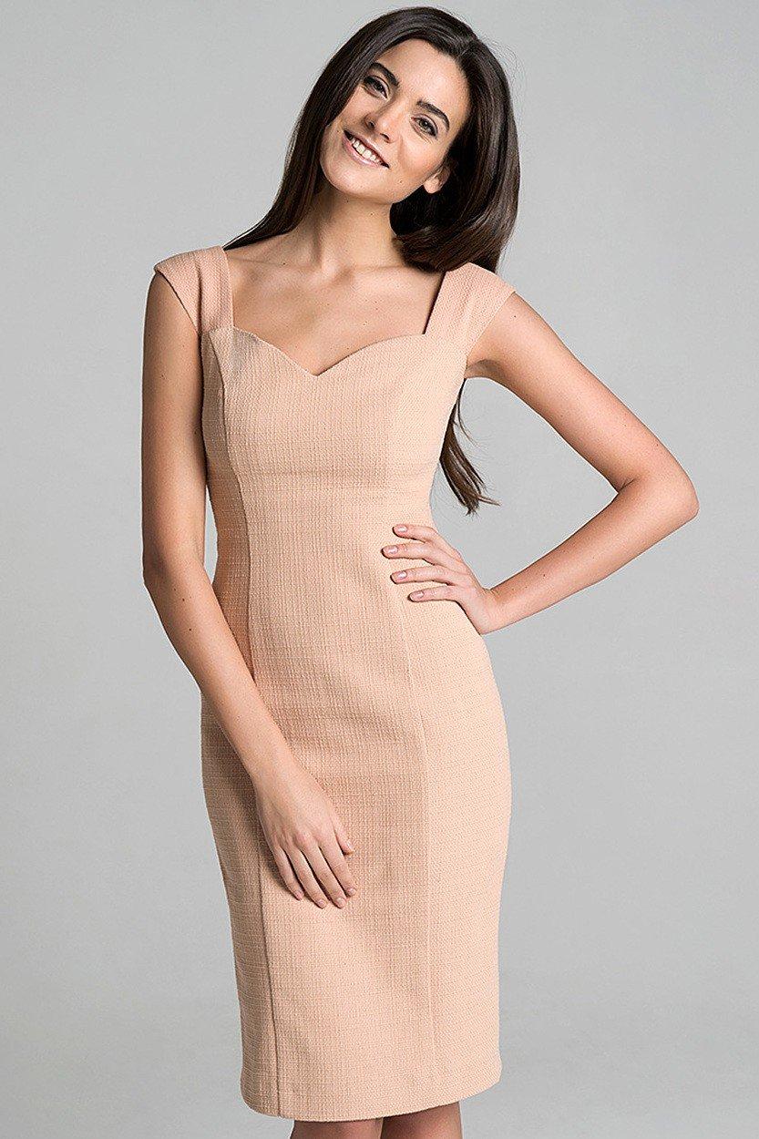 бежевое платье приталенное