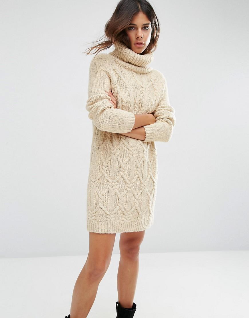 бежевое платье вязаное