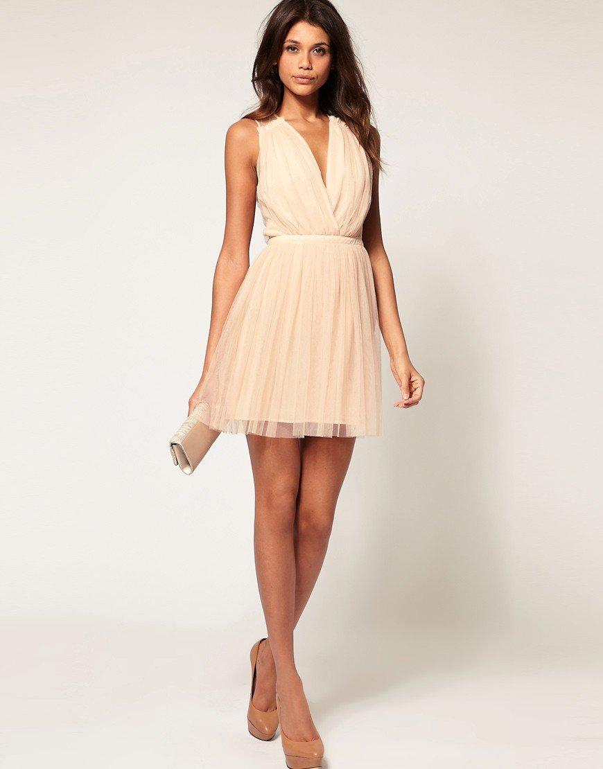 бежевое платье короткое
