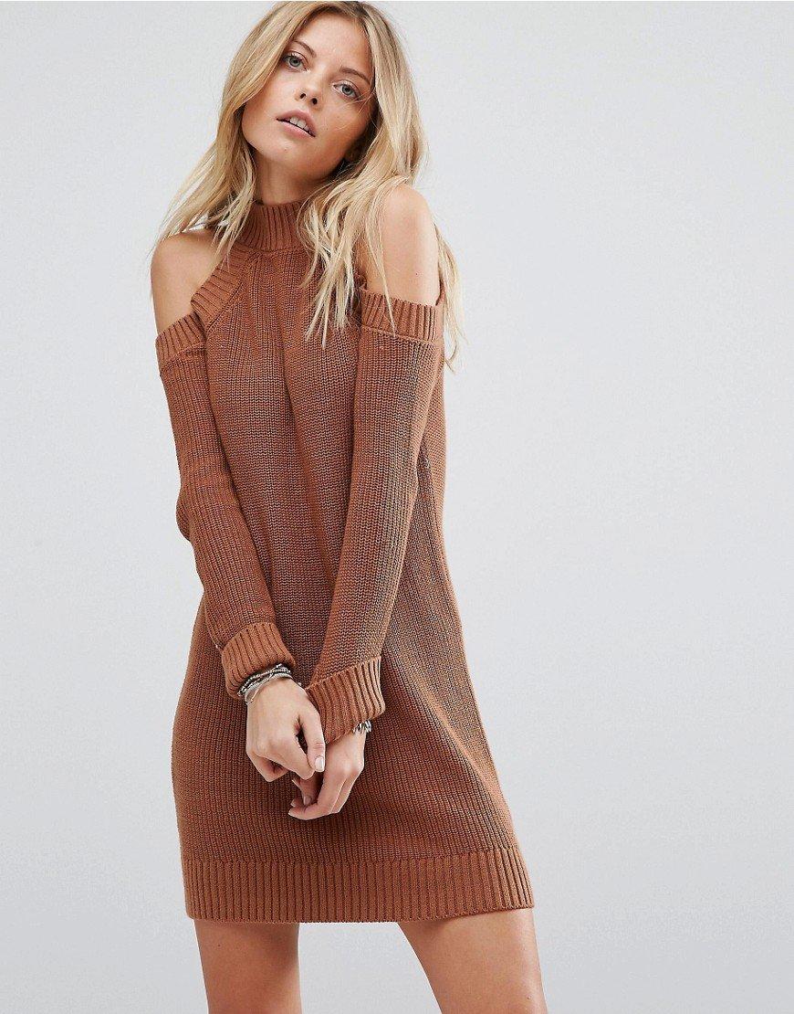 платье с открытыми плечами вязаное