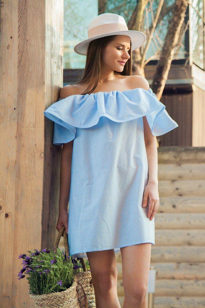 платье с открытыми плечами голубое
