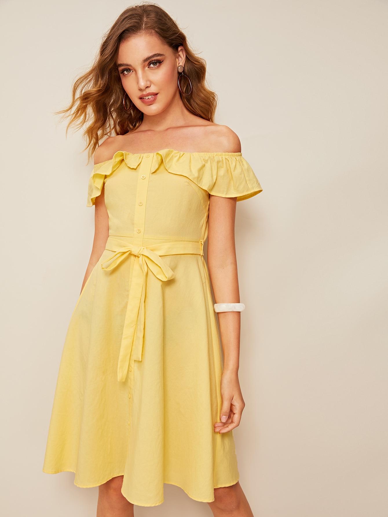 платье с открытыми плечами желтое