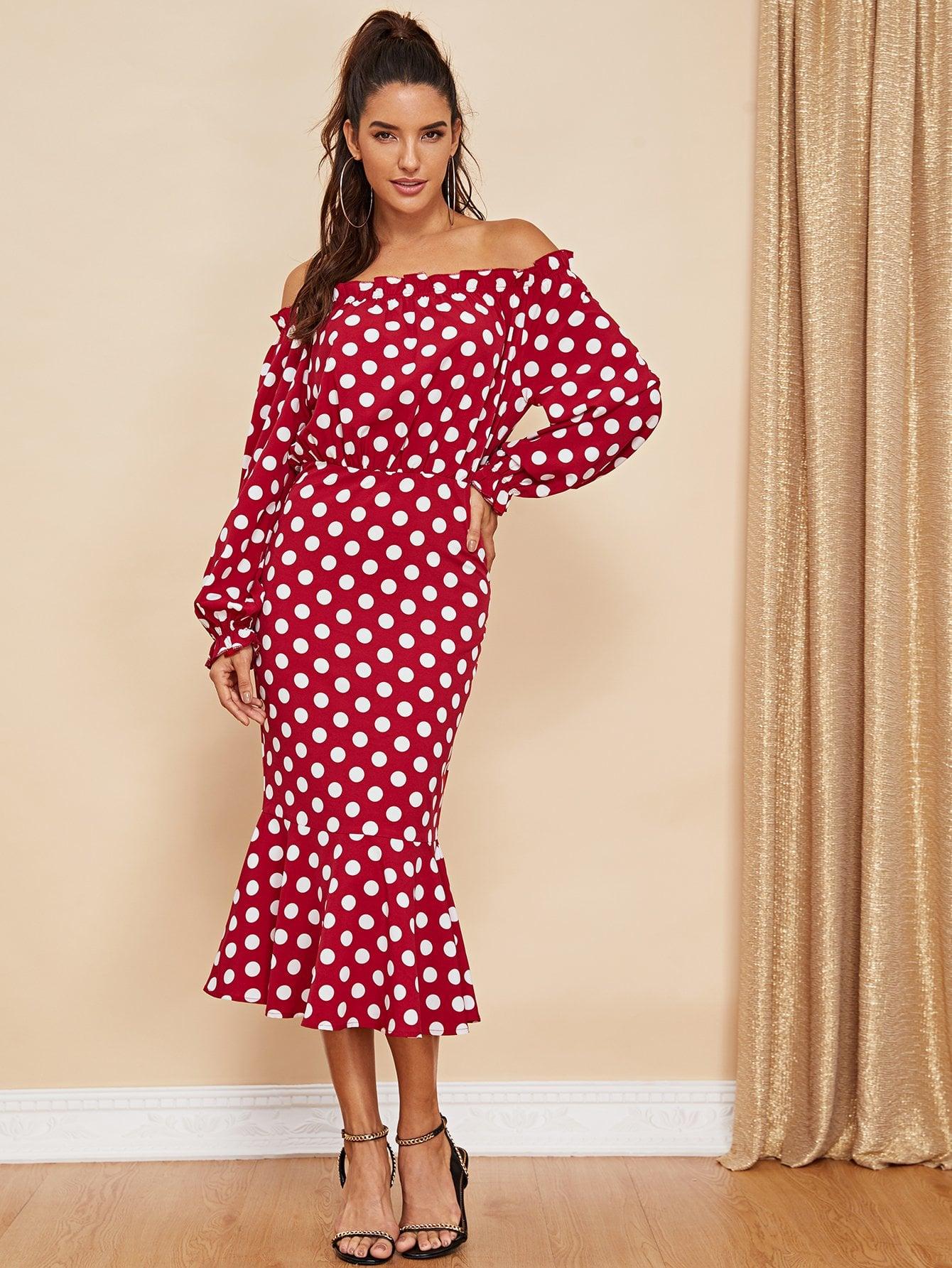 платье с открытыми плечами в горошек