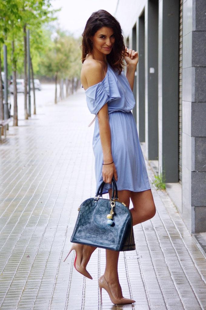 платье с открытыми плечами туфли и сумка
