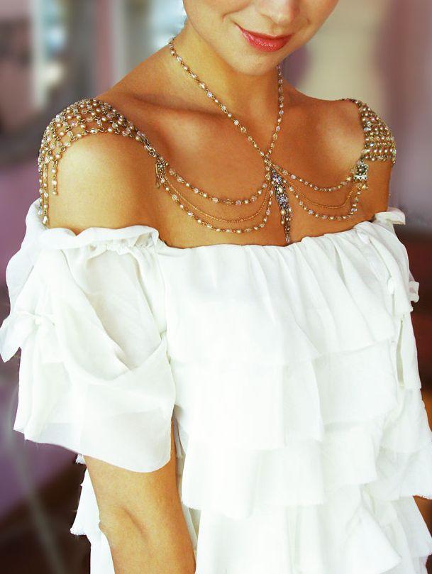 платье с открытыми плечами колье
