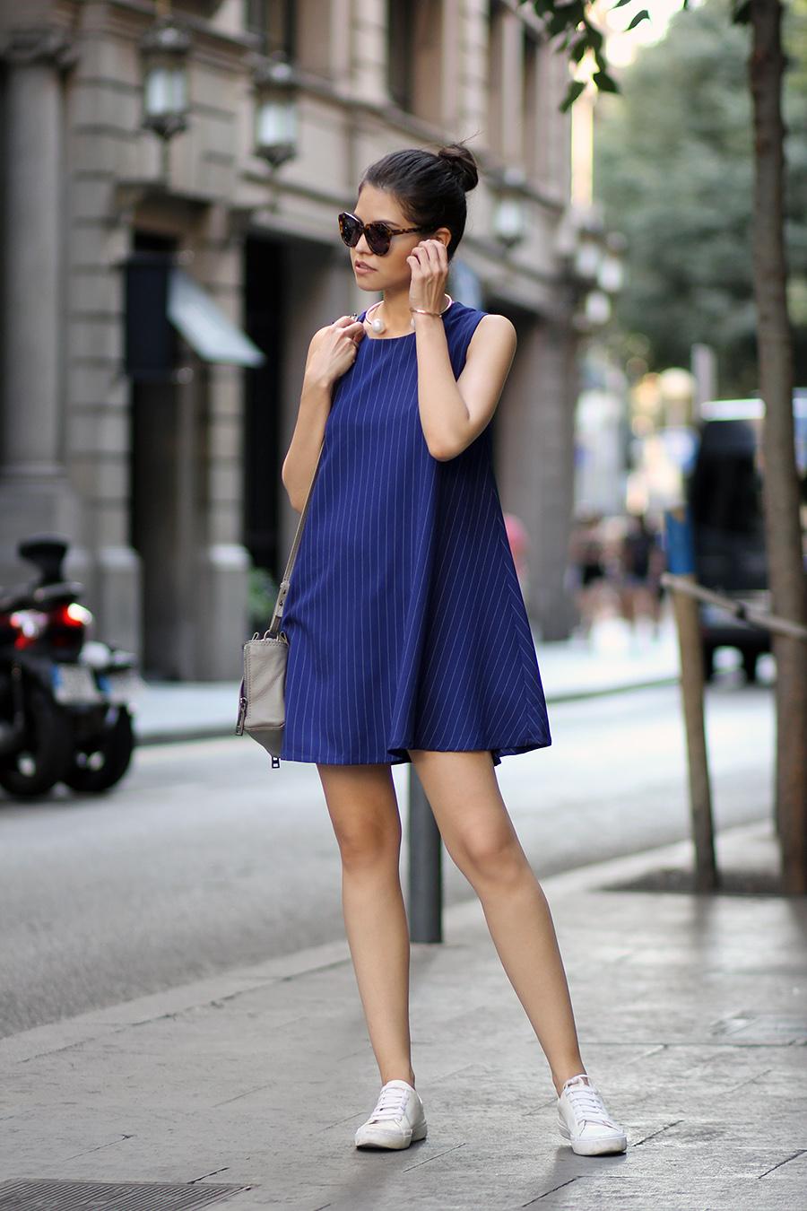 cинее платье с кроссовками фото