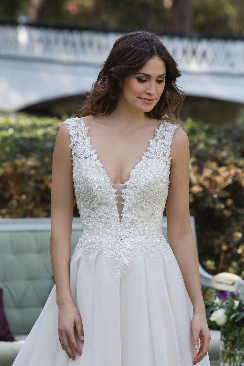 платье с вырезом свадебное