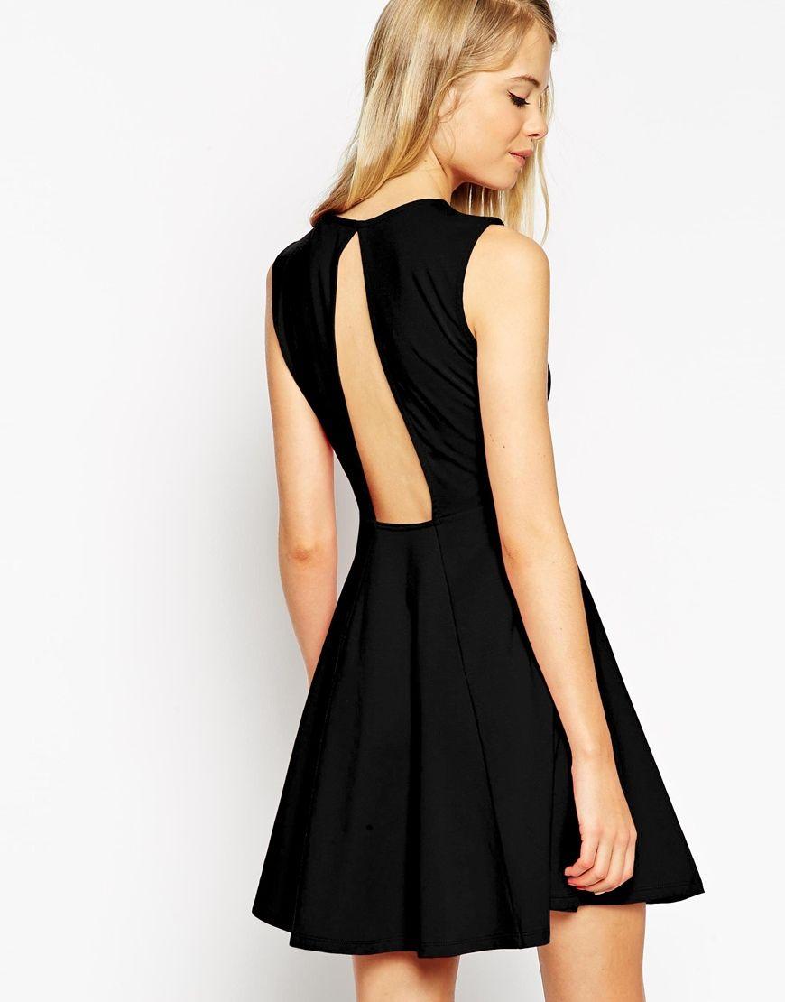 черное платье с вырезом на спине