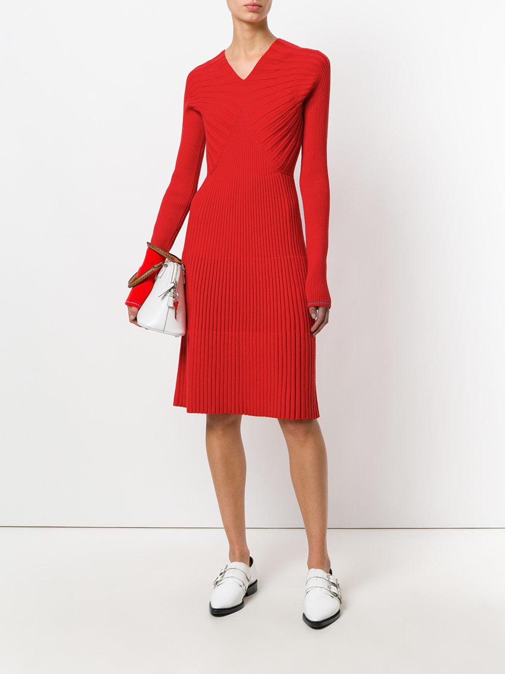 красное платье с v образным вырезом